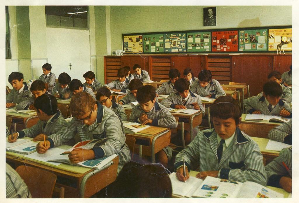 L'aula dels fets, l'any 1974. Al clatell hi teníem els ulls del Caudillo.